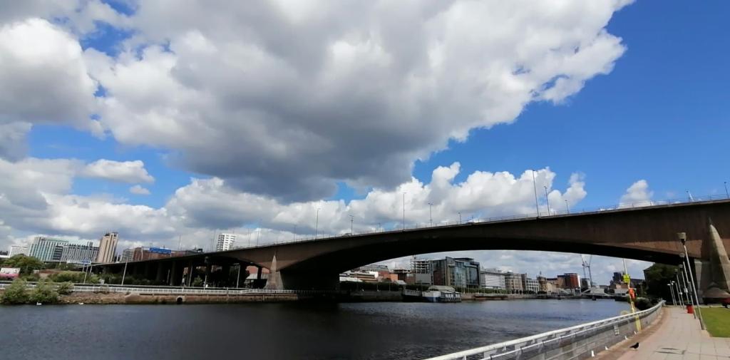 金斯顿桥的照片从码头停车场在南面。