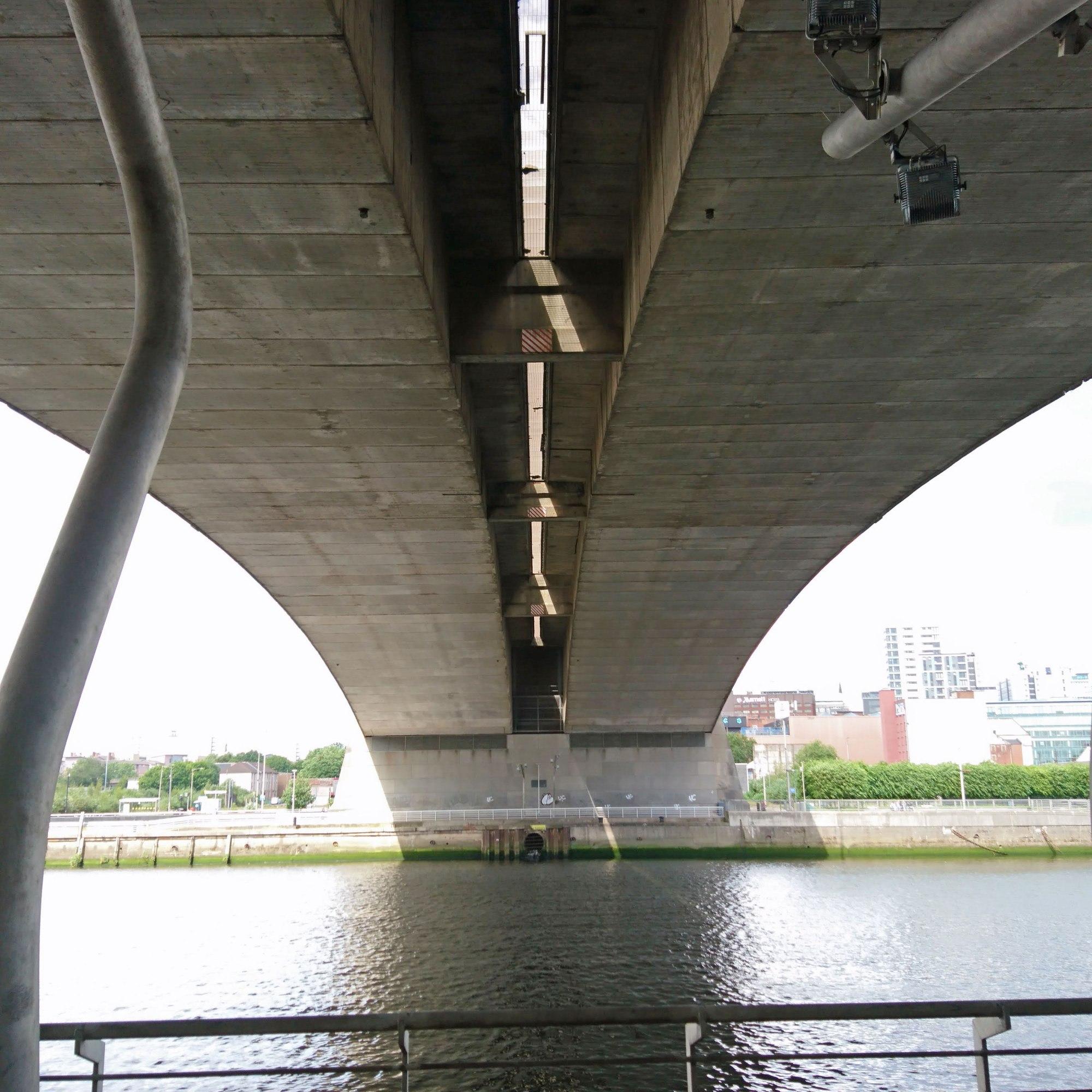 查看从南侧的金士顿桥下